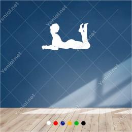 Yerde Uzanarak Bekleyen Seksi Kadın 60x35 cm Duvar Sticker