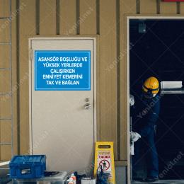 Asansör Boşluğu ve Yüksek Emniyet Kemerini Tak ve Bağlan Levhası